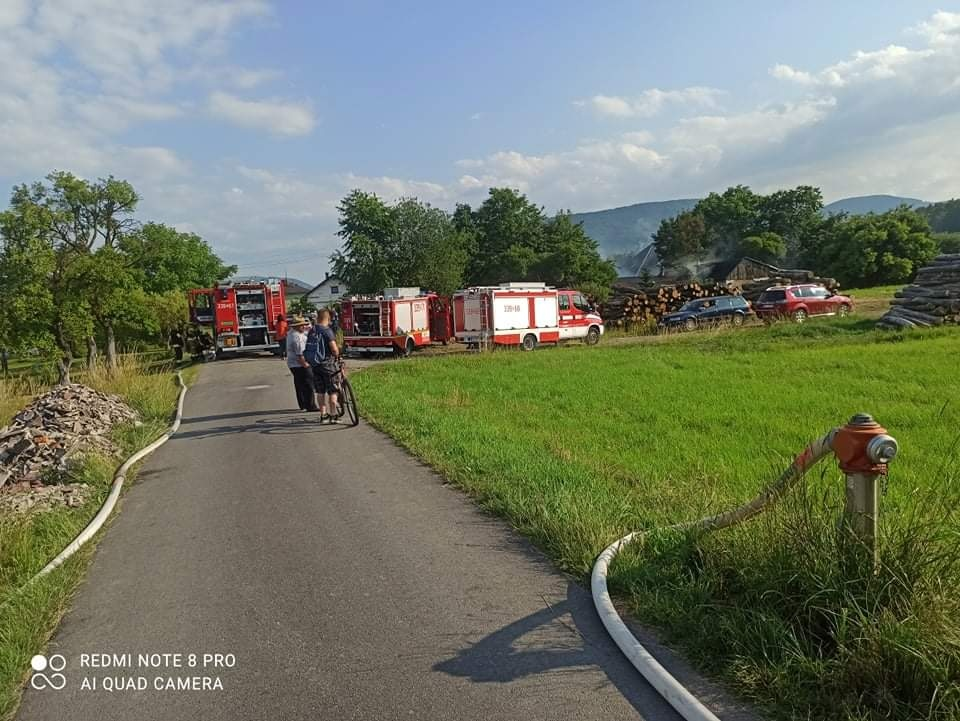 Liczne zastępy straży pożarnej interweniują w Kobiernicach