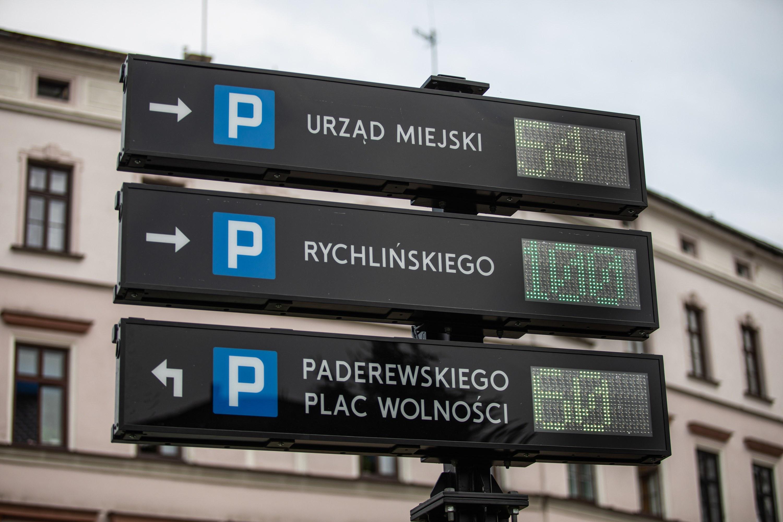 Specjalne tablice informują o wolnych miejscach parkingowych w Bielsku-Białej