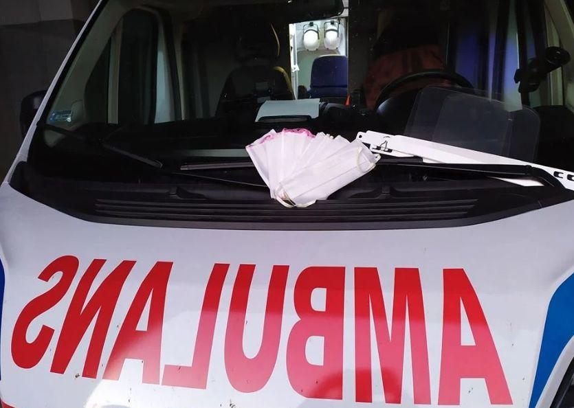 Mężczyzna uderzony przez wózek wyrzucony z okna kamienicy