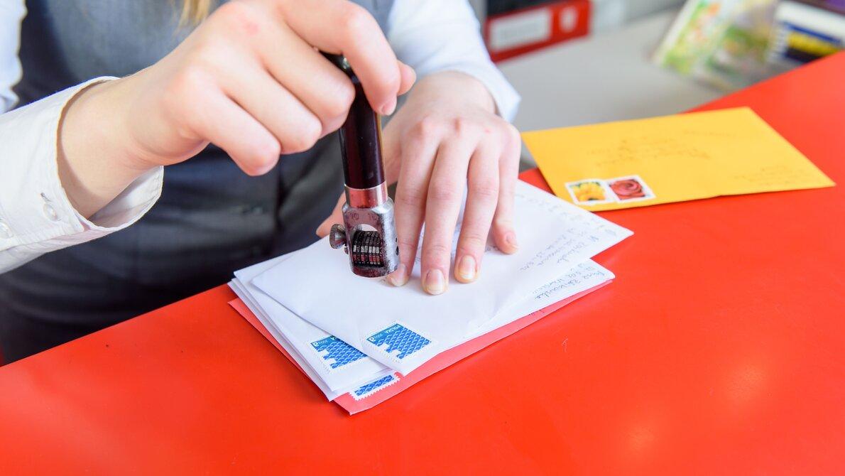 Osoby niepełnosprawne z udogodnieniami w placówkach pocztowych