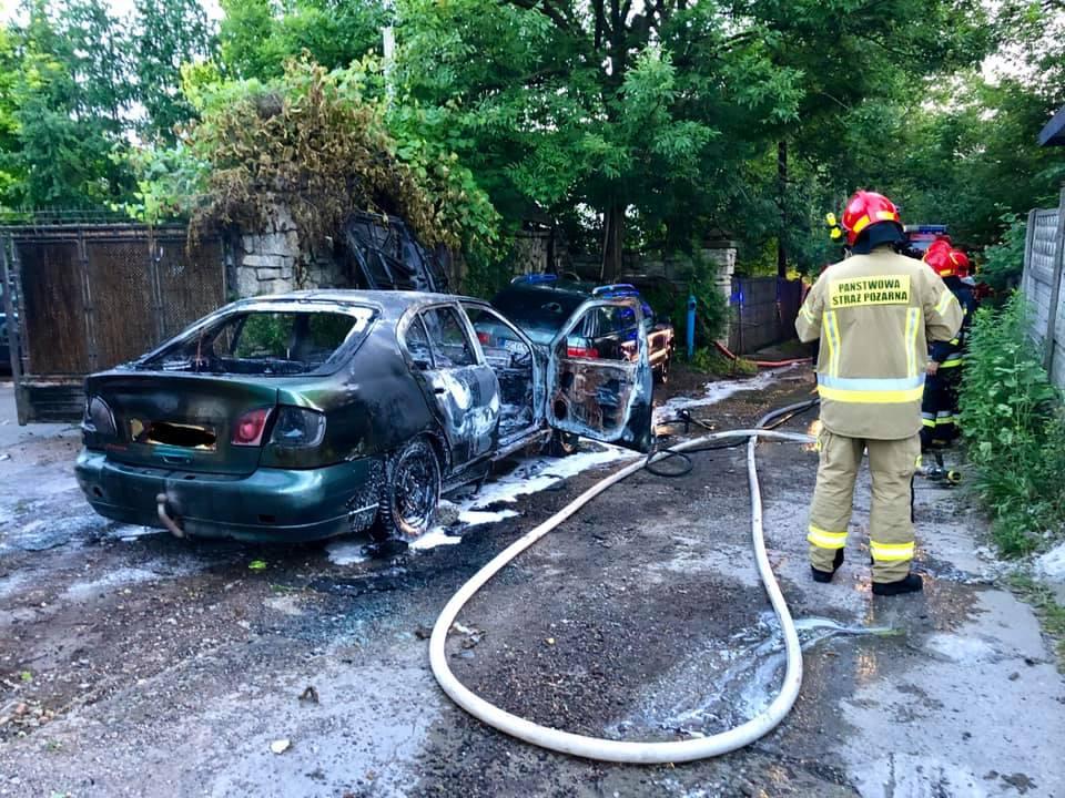 Jeden samochód spłonął, drugi jest uszkodzony
