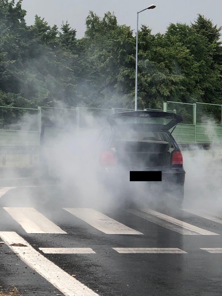 Pożar samochodu na skrzyżowaniu