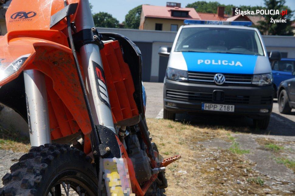 Motocyklista zderzył się z bramą przed własną posesją, zmarł w szpitalu