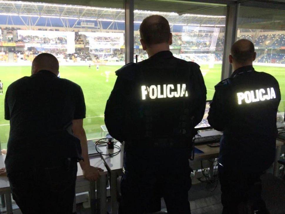 Policyjne zabezpieczenie podczas meczu podwyższonego ryzyka. Tak to wyglądało [FOTO]
