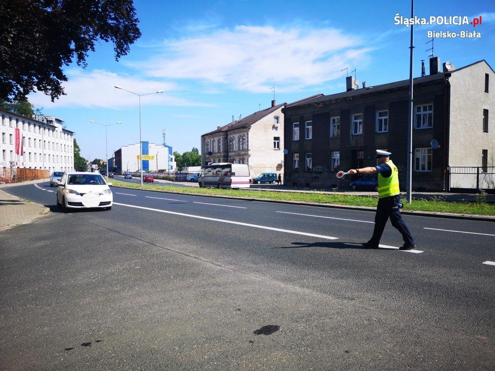 Policjanci z przedstawicielami Caritasu rozdawali kierowcom obrazki i breloczki ze Św. Krzysztofem