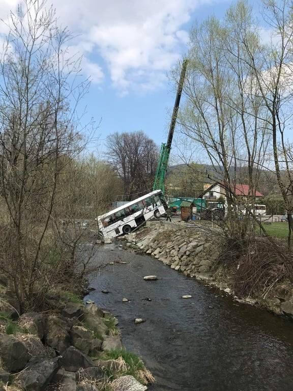 Autobus wpadł do rzeki